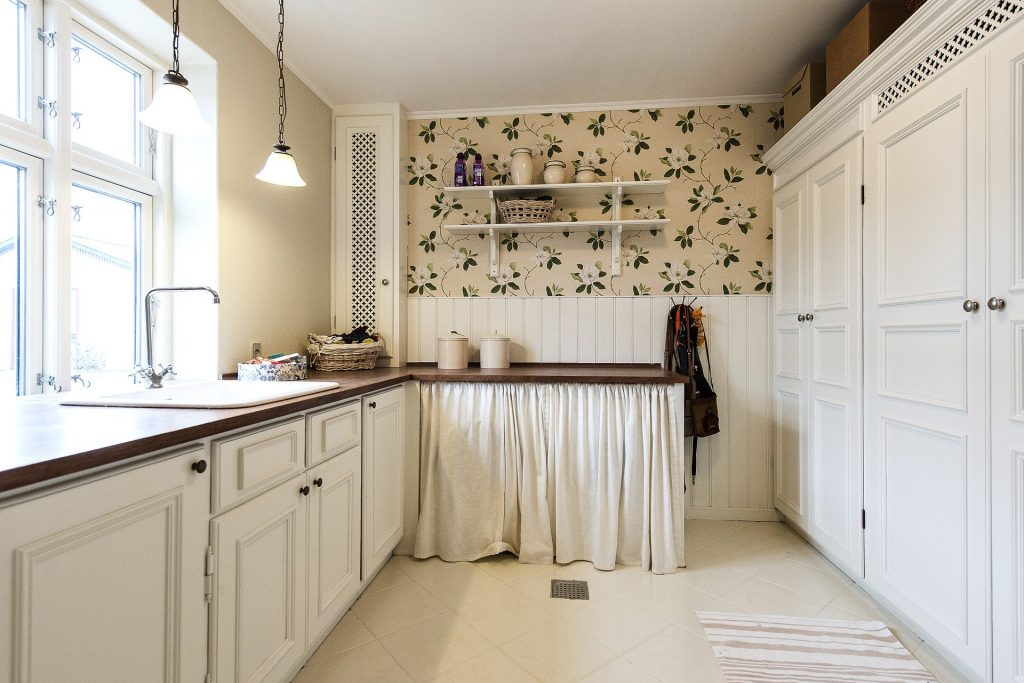 Con el papel pintado para cocinas, puedes empapelarse toda la estancia o solamente una pared.